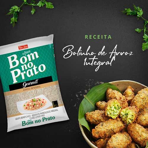 """Imagem mostra a embalagem de arroz integral da marca Bom no Prato, a frase """"Receita Bolinho de arroz integral"""" e um prato com bolinhos de arroz"""