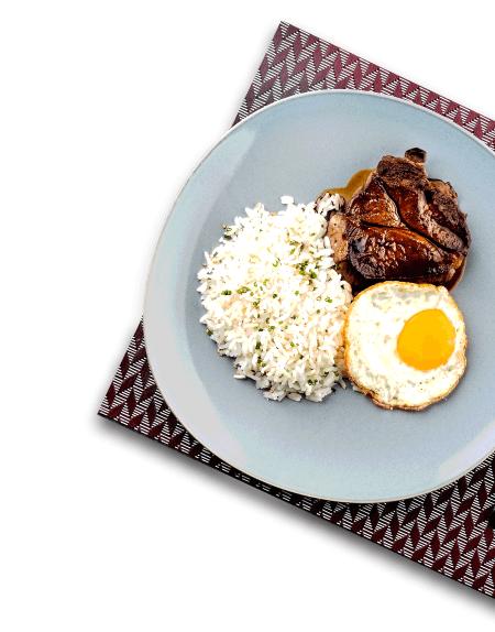 Imagem de um prato feito com arroz, carne e ovo frito
