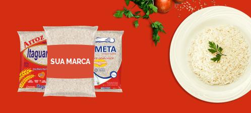 Imagem com fundo vermelho, no centro uma embalagem de arroz escrito sua marca em ciam de outras marcas e a direira um prato de arroz branco
