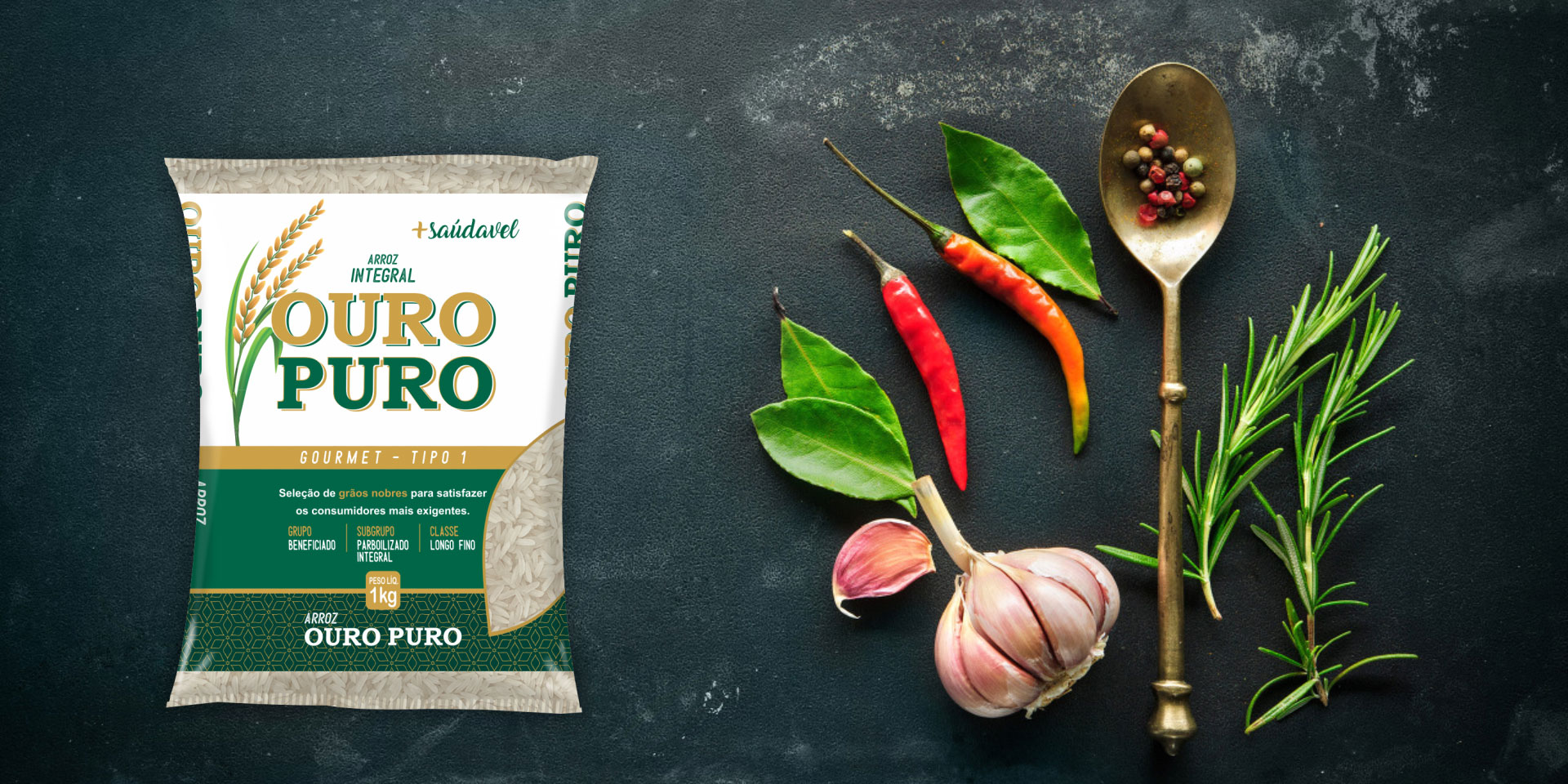 Imagem de fundo mostra as embalagens do arroz Integral Ouro Puro, pimentas, alho e uma colher