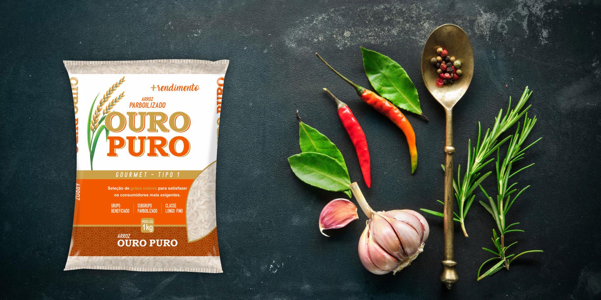 Imagem de fundo mostra as embalagens do arroz Parboilizado Ouro Puro, pimentas, alho e uma colher