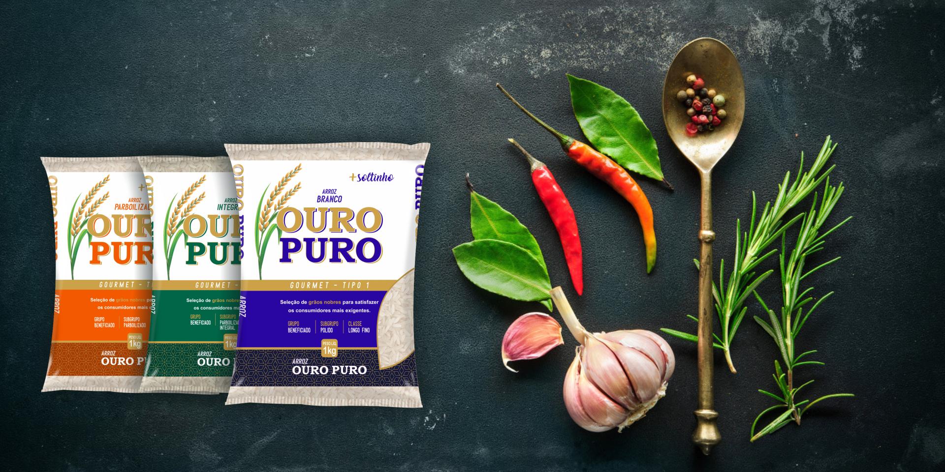 Imagem de fundo mostra as embalagens do arroz Branco, Integral e Parboilizado Ouro Puro, pimentas, alho e uma colher