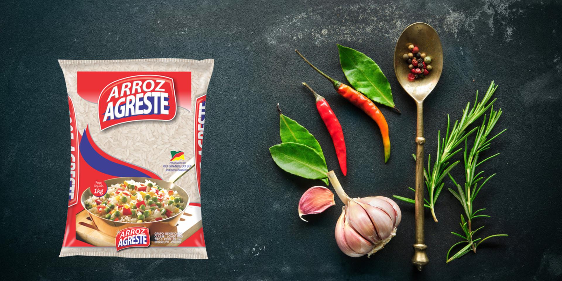 Imagem de fundo mostra as embalagens do arroz parboilizado Agreste, pimentas, alho e uma colher
