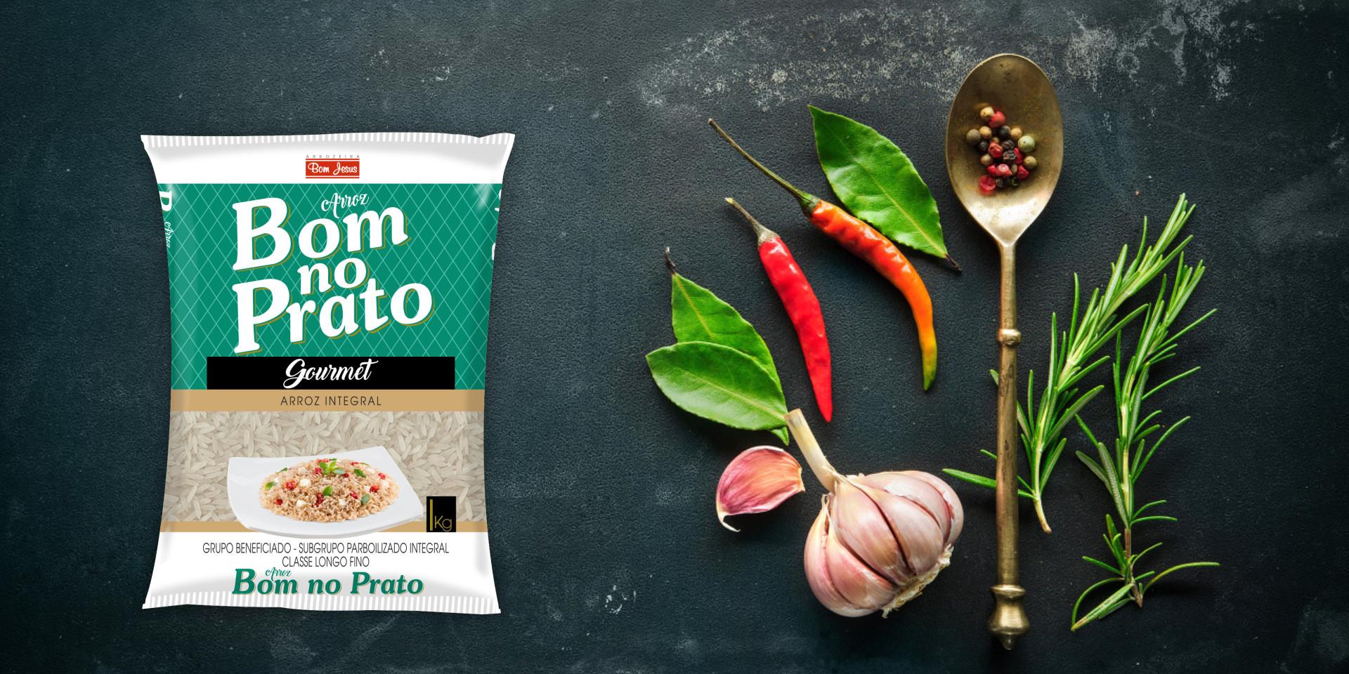 Imagem de fundo mostra as embalagens do arroz integral Bom no Prato, pimentas, alho e uma colher