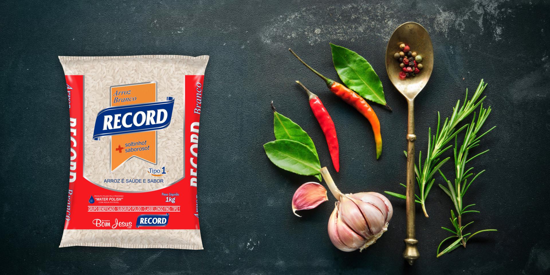 Imagem de fundo mostra as embalagens do arroz branco Record, pimentas, alho e uma colher