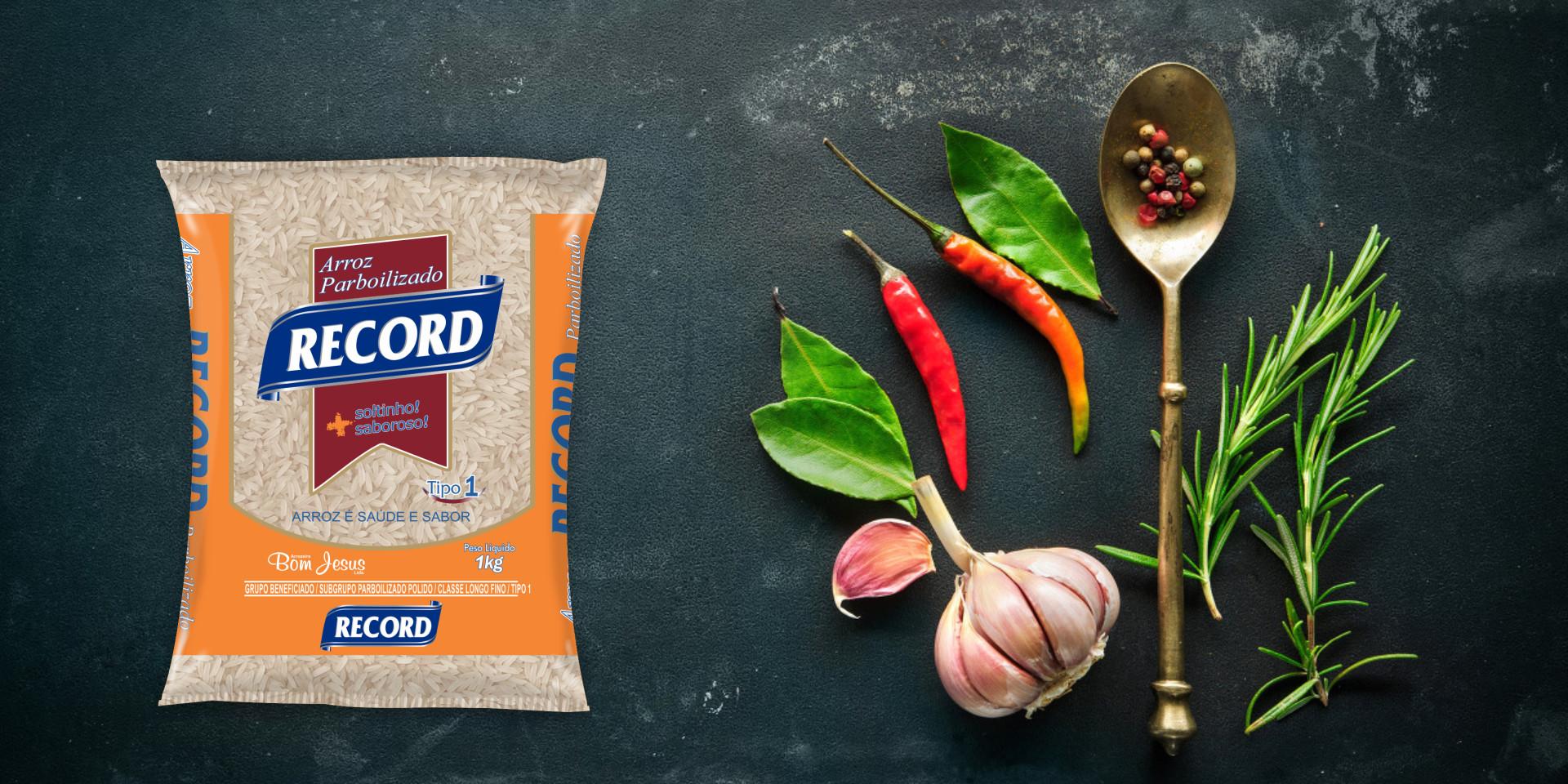 Imagem de fundo mostra as embalagens do arroz parbolizado Record, pimentas, alho e uma colher