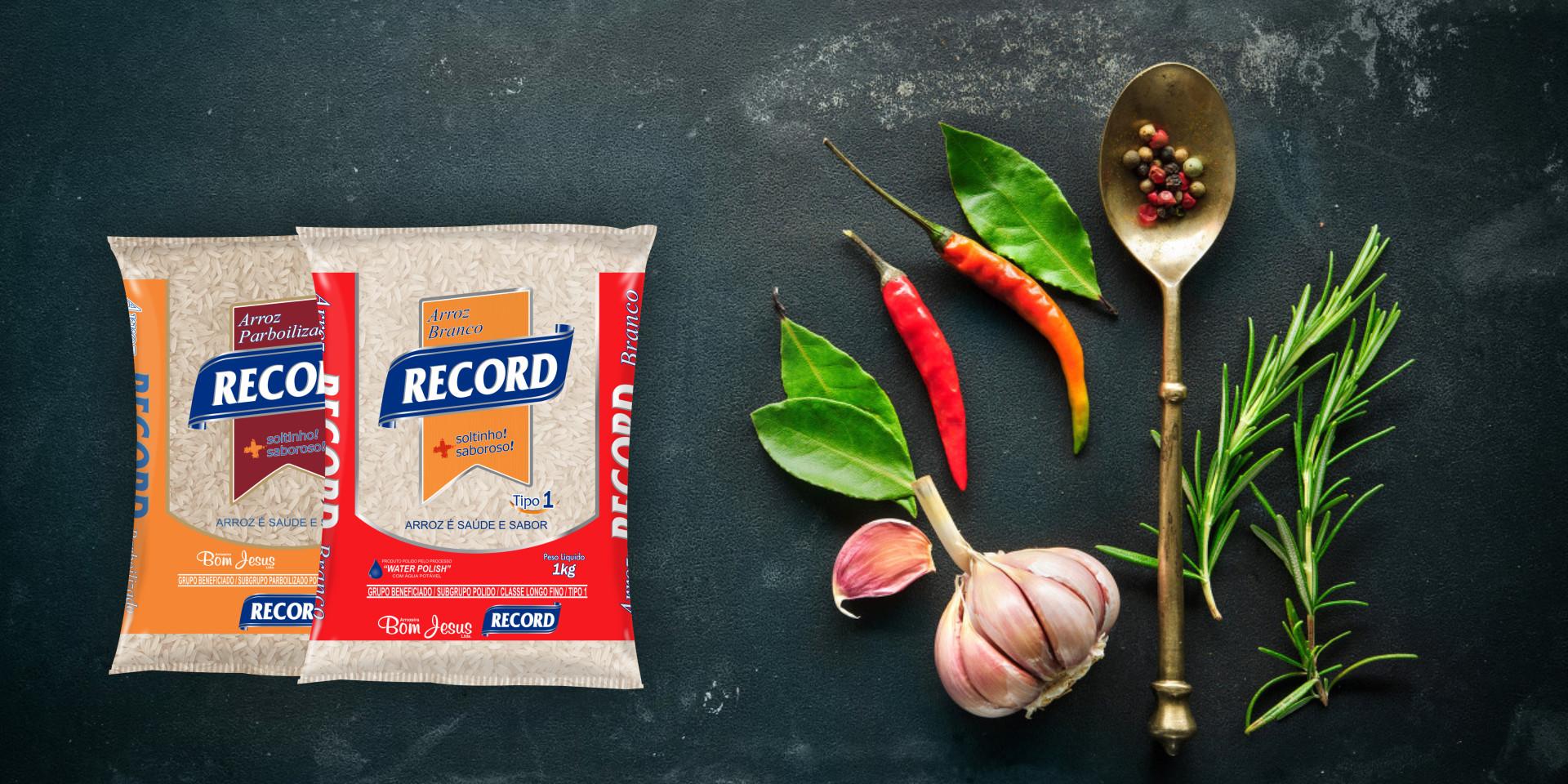Imagem de fundo mostra as embalagens do arroz Record, pimentas, alho e uma colher