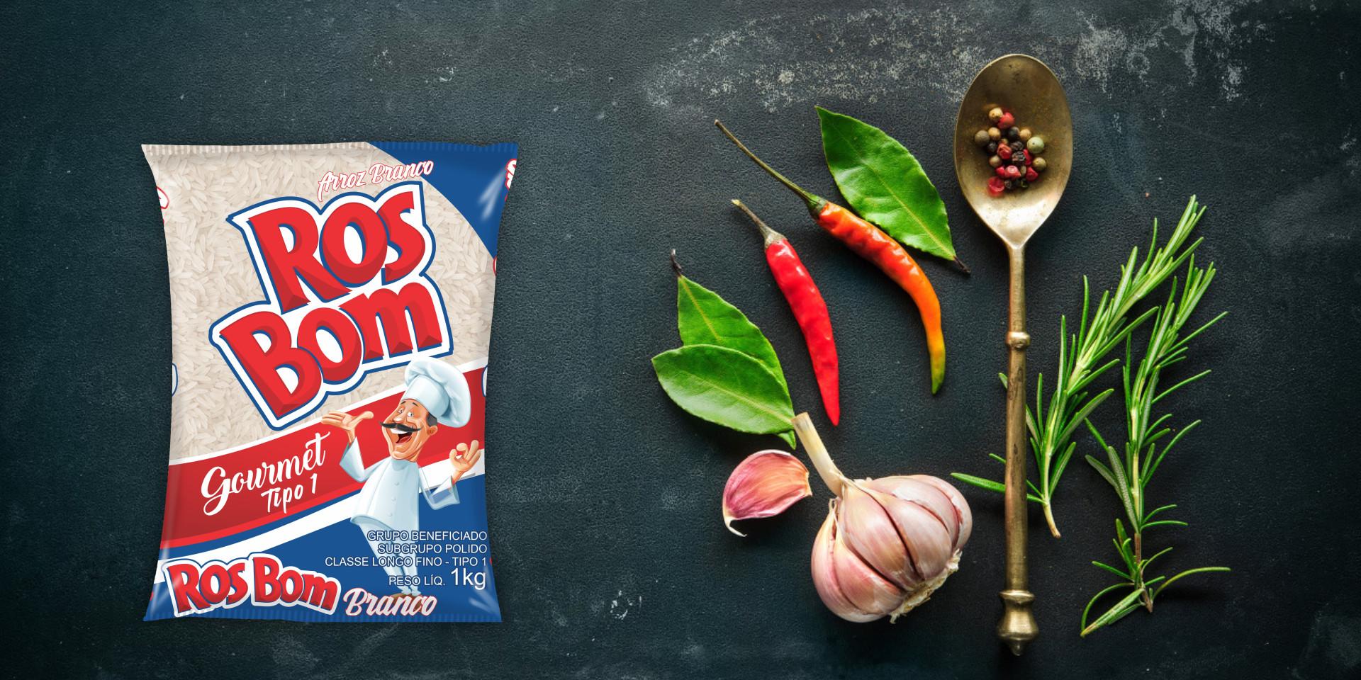Imagem de fundo mostra as embalagens do arroz branco RosBom, pimentas, alho e uma colher