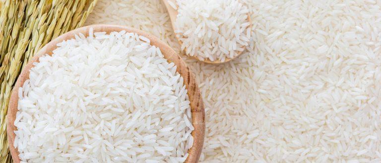 imagem de arroz em um pode e uma colher