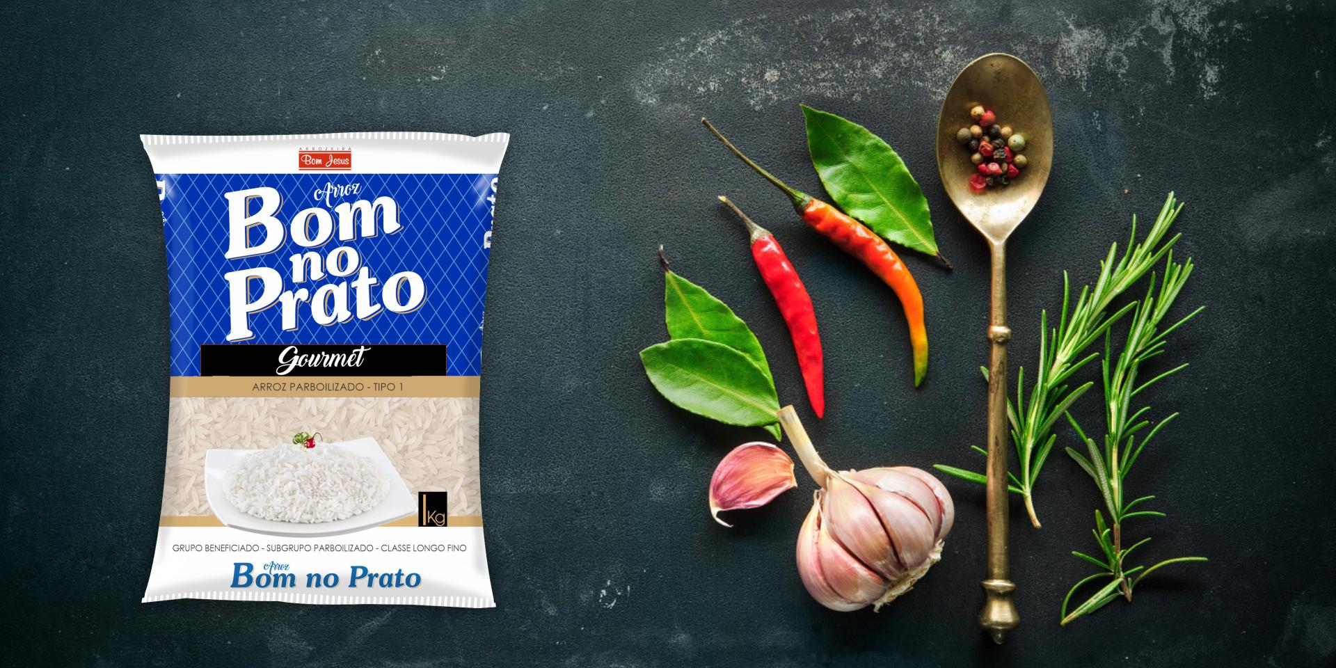 Imagem de fundo mostra as embalagens do arroz Branco Bom no Prato, pimentas, alho e uma colher
