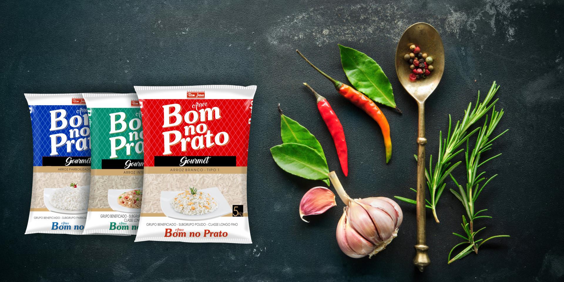 Imagem de fundo mostra as embalagens do arroz Branco, Integral e Parboilizado Bom no Prato, pimentas, alho e uma colher